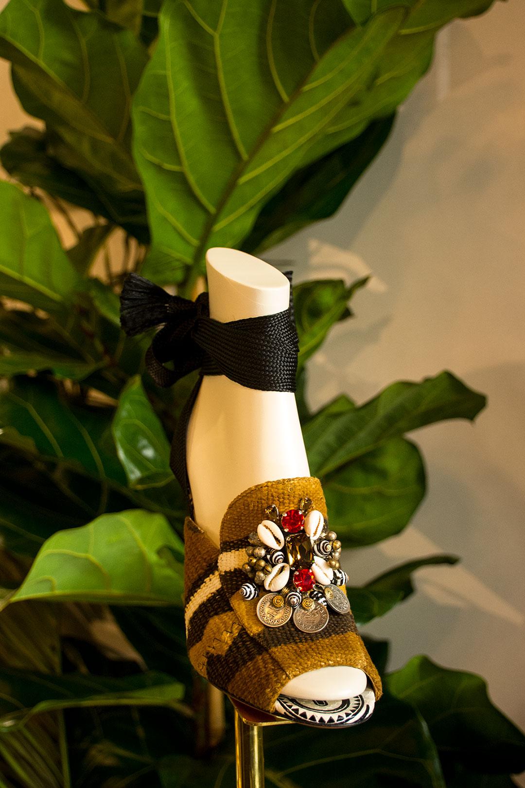 Aquazzura sandalia tejido africano con detalles de pedreria